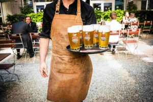 Giesinger Bier im Biergarten des Restaurants Irmi in München