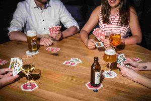 Schafkopf Spiel am Stammtisch im Restaurant Irmi München