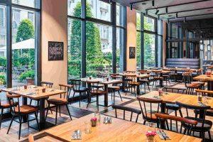 Hinterer Teil im Restaurant Irmi München mit Blick in den Biergarten