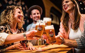 frisch geszapftes giesinger bier im restaurant irmi muenchen